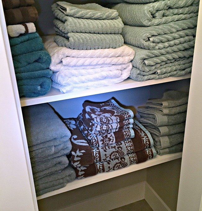 3 Easy Steps to Organize Your Linen Closet and keep it organized. Click to read more and take control of your closet clutter!